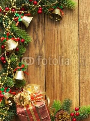 Баннер в стиле кантри. Гирлянды их хвои и ёлочных шаров, новогодняя символика на фоне серых и коричневых струганых досок (5)