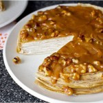 Блинный торт из бананов с йогуртом и глазурью из грецкого ореха - 9